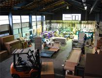 工場の全景はこんな感じです。ちょっと分かりにくいですが、手前に畳床の材料、奥に畳製作用に9台ほど機械が設置されています。写真には載っていませんが、右奥の方に材料の倉庫と襖・障子・網戸専用の部屋があります。