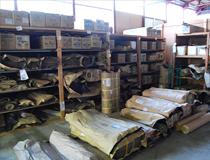 出番を待つ畳表が保管されている場所の一部です。イ草を始め、和紙や樹脂表も多数在庫しております。およそ1000帖分くらいの畳表が常時保管されています。