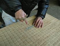 お預かりした畳床の補修をしているところです。畳を作るのに全て機械に頼れる訳ではありません。加減が必要な箇所はどうしても人間の手が必要になります。
