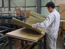 畳を作るには必ず素材との対話が必要です。どんな状態の畳床なのか?そしてどんな畳表なのか?それぞれの特徴と相性を生かして、より良いモノを作るのが私達の使命です。